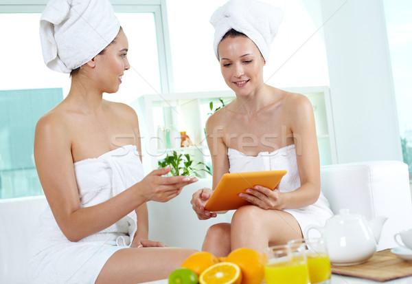 Touchpad Porträt zwei Mädchen Bad Handtücher Stock foto © pressmaster
