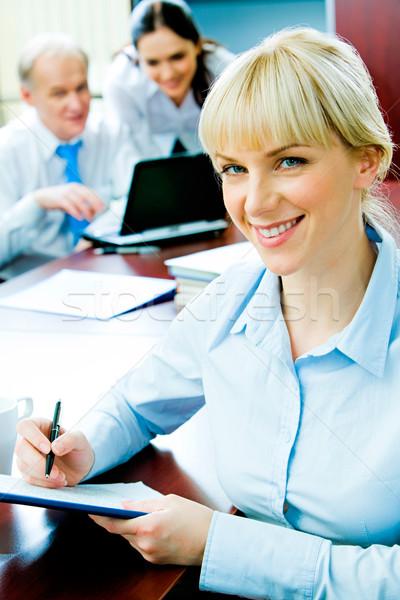 Foto stock: Trabalhador · de · escritório · retrato · mulher · de · negócios · sessão · tabela
