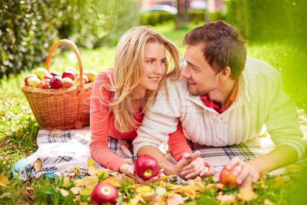Atracción feliz maduro manzanas mirando Foto stock © pressmaster