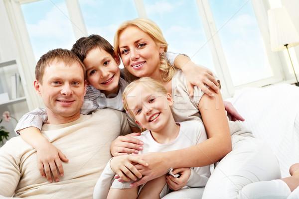 Imagine de stoc: Familie · patru · şedinţei · canapea · zâmbitor