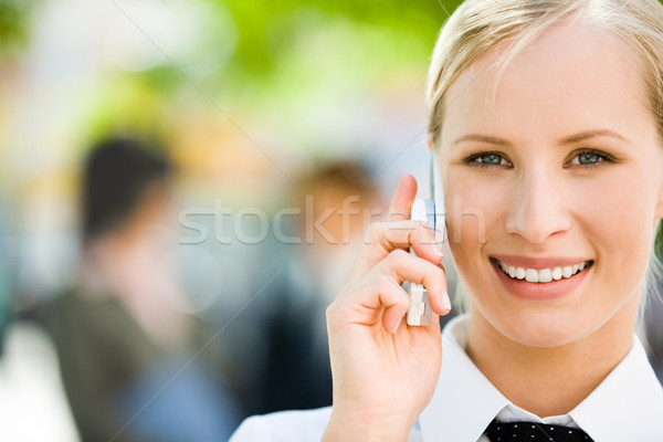 Foto stock: Falante · bastante · mulher · de · negócios · telefone · móvel · olhando
