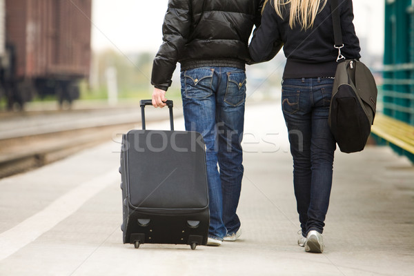 Widok z tyłu para spaceru w dół bagaż Zdjęcia stock © pressmaster