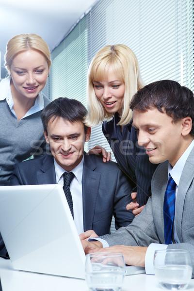 Foto stock: Trabalho · em · equipe · quatro · pessoas · de · negócios · trabalhando · laptop · escritório