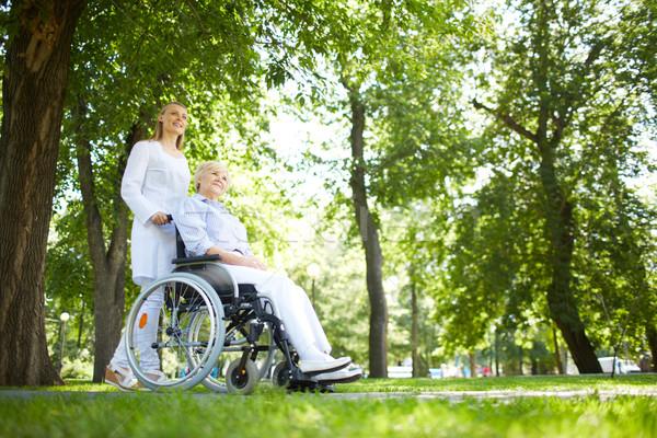 Yürüyüş park güzel hemşire kıdemli hasta Stok fotoğraf © pressmaster
