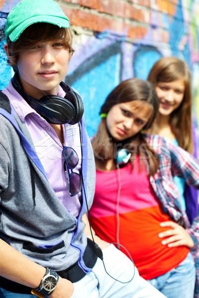 Fiatalos barátok csetepaté boldog tinédzserek festett Stock fotó © pressmaster