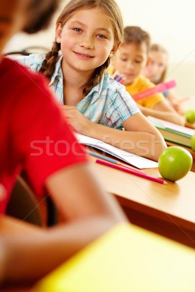 Kind les portret meisje naar camera Stockfoto © pressmaster