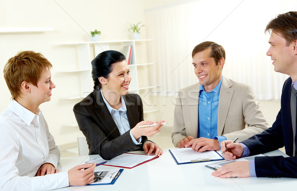 Boardroom portret zakenvrouw uitleggen werk collega's Stockfoto © pressmaster