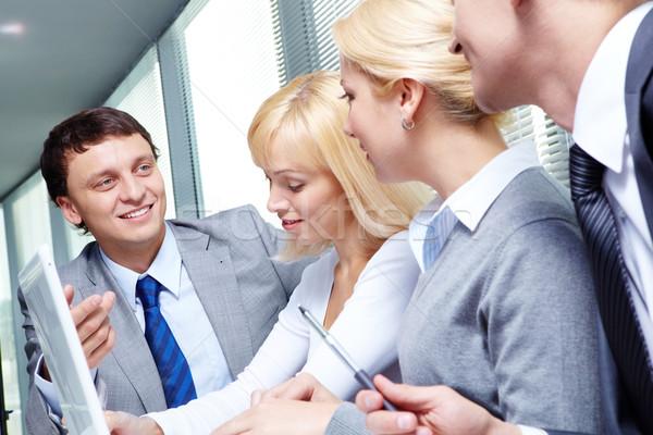 Stockfoto: Discussie · vier · zakenlieden · werken · vergadering · business