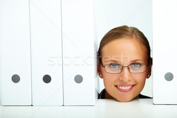 Mappák arc boldog üzletasszony szemüveg néz Stock fotó © pressmaster