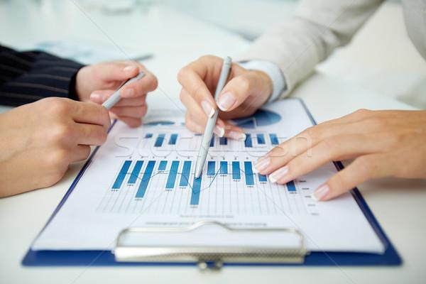 Stock fotó: üzlet · adat · közelkép · irat · üzletemberek · megbeszél