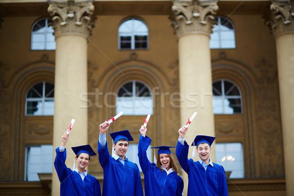 Alkalmas csoport derűs diákok érettségi mutat Stock fotó © pressmaster