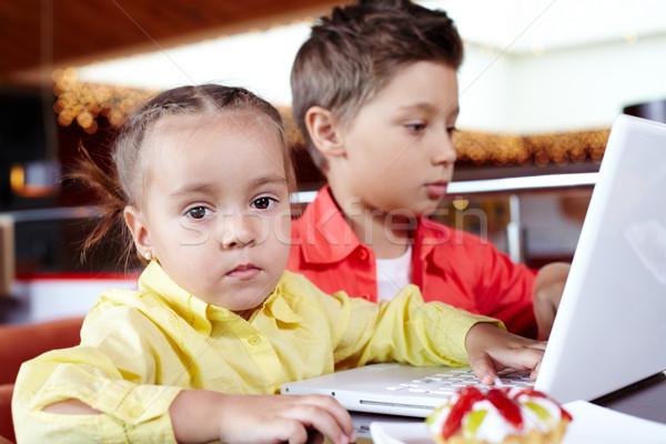 Foto stock: Datilografia · retrato · bonitinho · crianças · laptop · little · girl