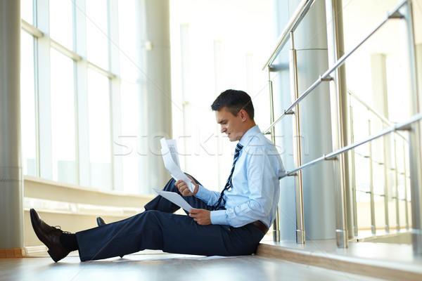 Nervoso imprenditore ritratto seduta piano giornali Foto d'archivio © pressmaster