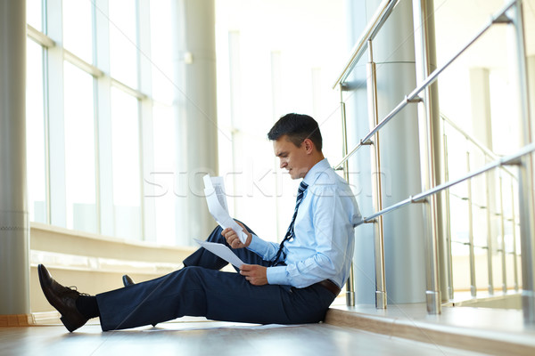 Nervioso empresario retrato sesión piso documentos Foto stock © pressmaster