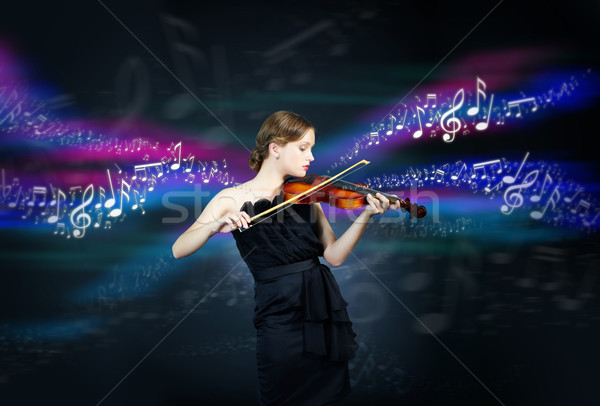 Violinista retrato jovem feminino jogar violino Foto stock © pressmaster