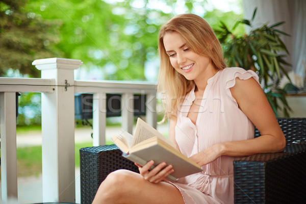 Interessante livro retrato bonitinho menina leitura Foto stock © pressmaster