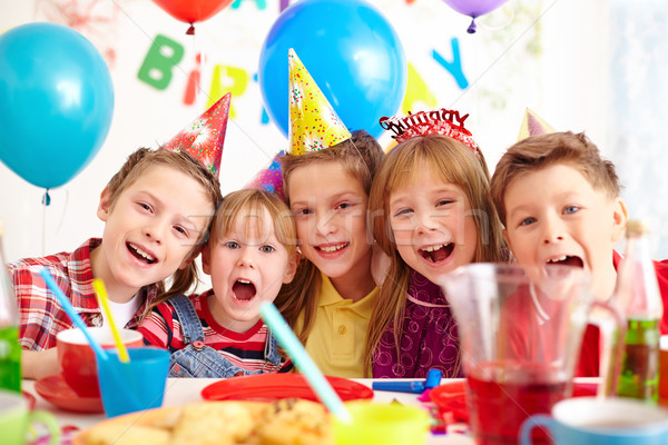 Születésnapi buli csoport imádnivaló gyerekek néz kamera Stock fotó © pressmaster