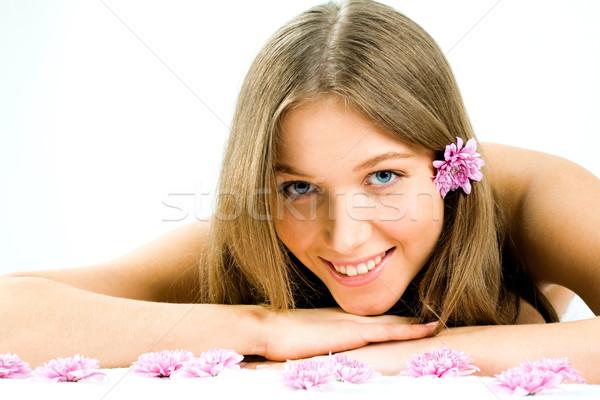 Perfeição foto bastante mulher jovem olhando câmera Foto stock © pressmaster