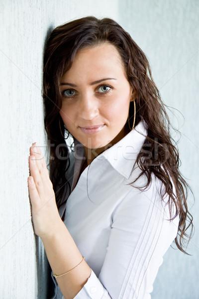Urok młodych kobieta patrząc kamery Zdjęcia stock © pressmaster