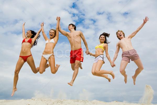 Hoogspringen portret vrienden handen springen Stockfoto © pressmaster