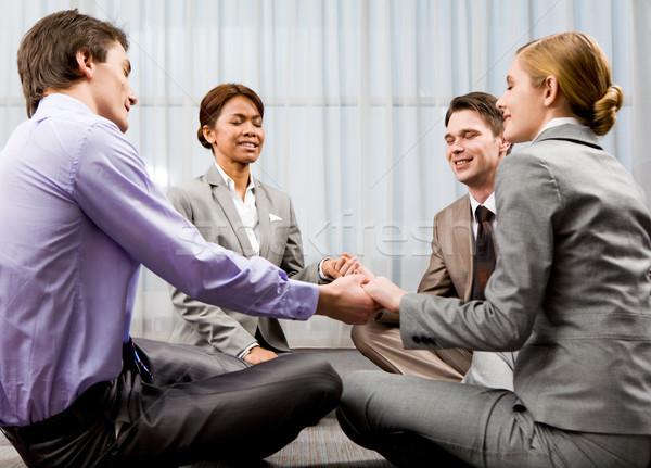 Grupo orar retrato feliz gente de negocios sesión Foto stock © pressmaster