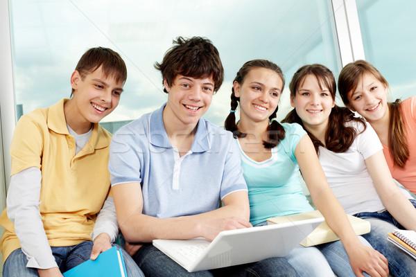 Portret vijf tieners vergadering laptop naar Stockfoto © pressmaster
