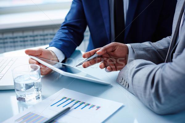 Wskazując touchpad obraz biznesmenów ręce dyskusji Zdjęcia stock © pressmaster
