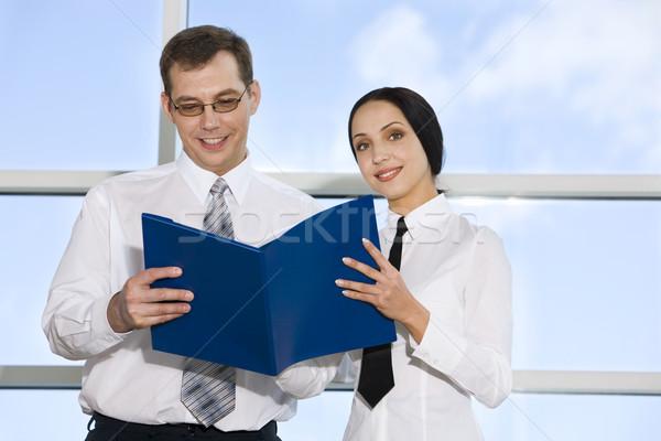 Lectura documentos retrato empresario colegas edificio Foto stock © pressmaster