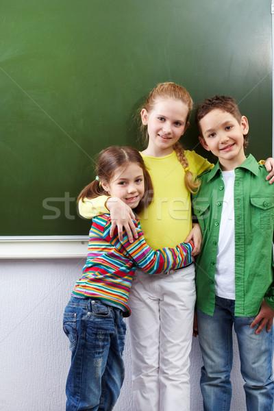 группа счастливым Одноклассники глядя камеры девушки Сток-фото © pressmaster