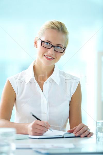 секретарь портрет счастливым деловая женщина глядя камеры Сток-фото © pressmaster