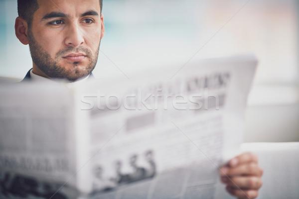 Poważny pracodawca młodych biznesmen czytania gazety Zdjęcia stock © pressmaster