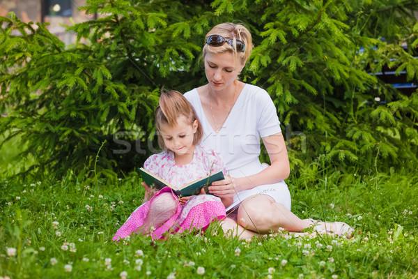 девочку матери чтение книга сидят наслаждаться Сток-фото © prg0383