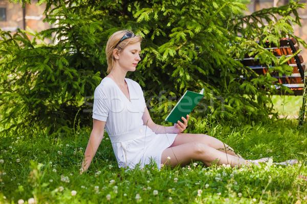 чтение книга парка девушки трава Сток-фото © prg0383
