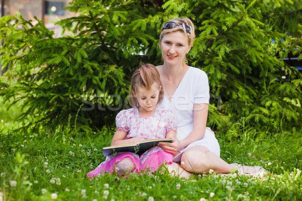 Meisje moeder lezing boek vergadering genieten Stockfoto © prg0383