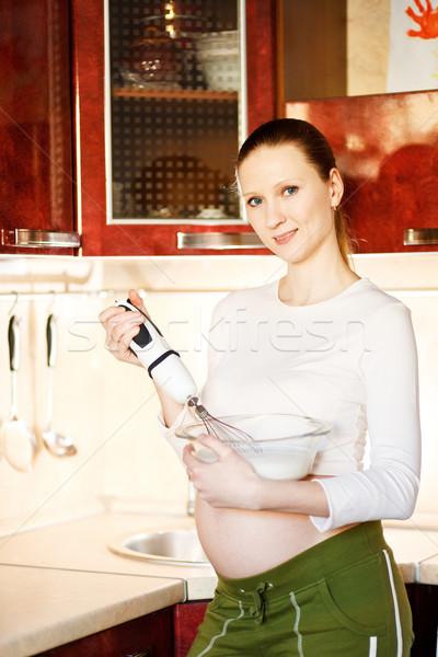 Mujer hermosa jóvenes mujer embarazada cocina alimentos Foto stock © prg0383