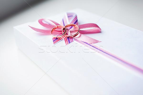 Goud trouwringen handen bruid Rood huwelijk Stockfoto © prg0383