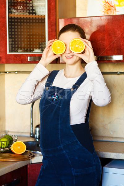 Stock fotó: Gyönyörű · nő · mosolyog · gyönyörű · terhes · nő · konyha · narancs