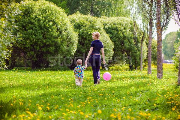 Mutter Kind Natur Ballon Familie Gras Stock foto © prg0383