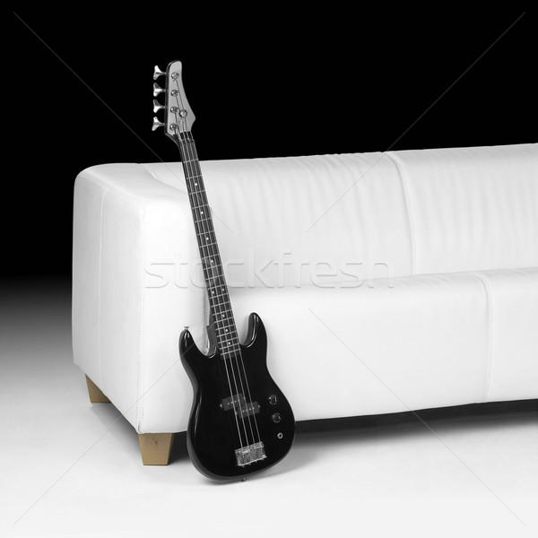 Fekete basszus gitár fehér kanapé sötét Stock fotó © prill