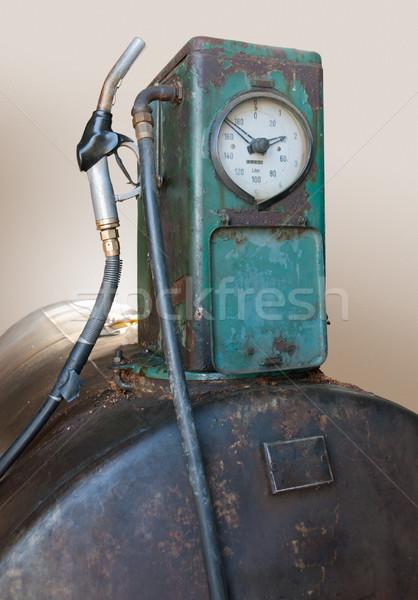 Nosztalgikus benzinpumpa rozsda törött tank üzemanyag Stock fotó © prill