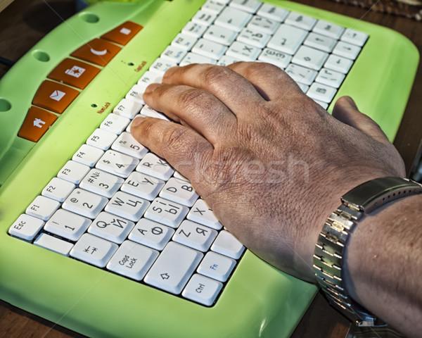 Edad masculina mano teclado portátil Foto stock © Pruser