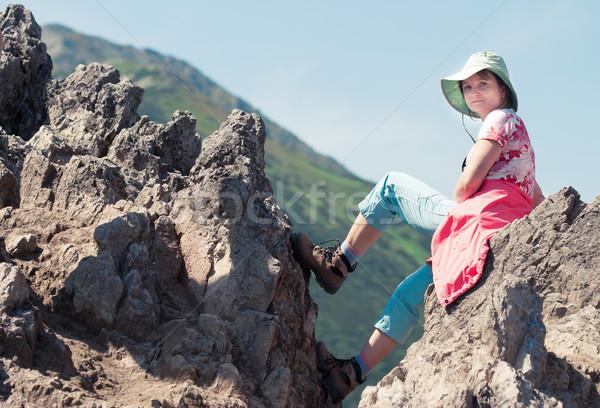 Mulher sessão rocha montanhas montanha Foto stock © przemekklos