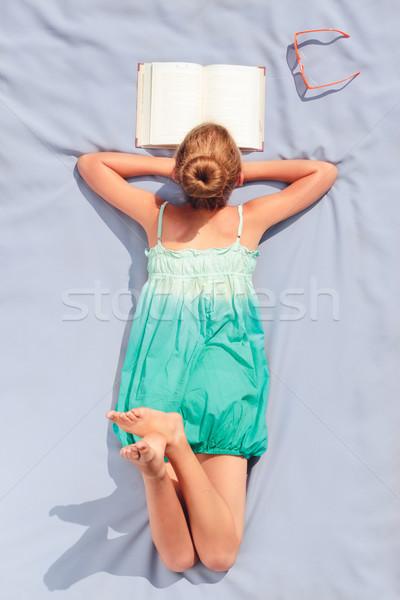 Menina cobertor leitura livro educação Foto stock © przemekklos