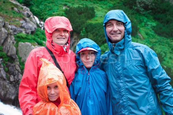 Família montanha trilha chuvoso dia verde Foto stock © przemekklos