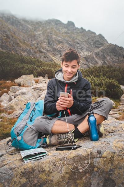 Cep telefonu dağ iz erkek kaya Stok fotoğraf © przemekklos