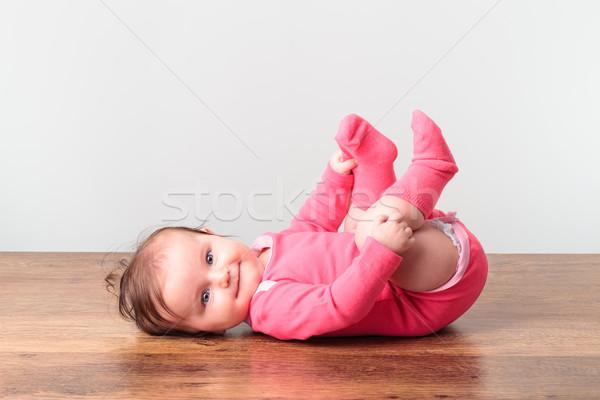 Pequeno menina jogar pé piso olhando Foto stock © przemekklos