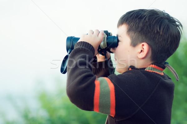 Menino olhando binóculo vista lateral céu criança Foto stock © przemekklos