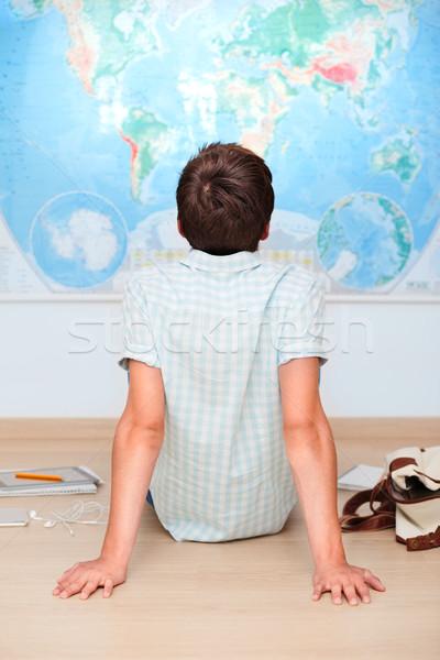 Menino sessão mapa sala de aula papel livro Foto stock © przemekklos