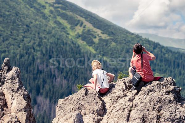 Crianças sessão olhando verde vale Foto stock © przemekklos