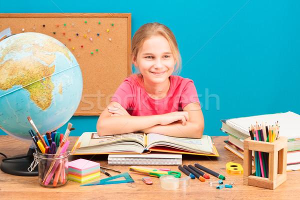 Jovem sorridente menina lição de casa lápis educação Foto stock © przemekklos